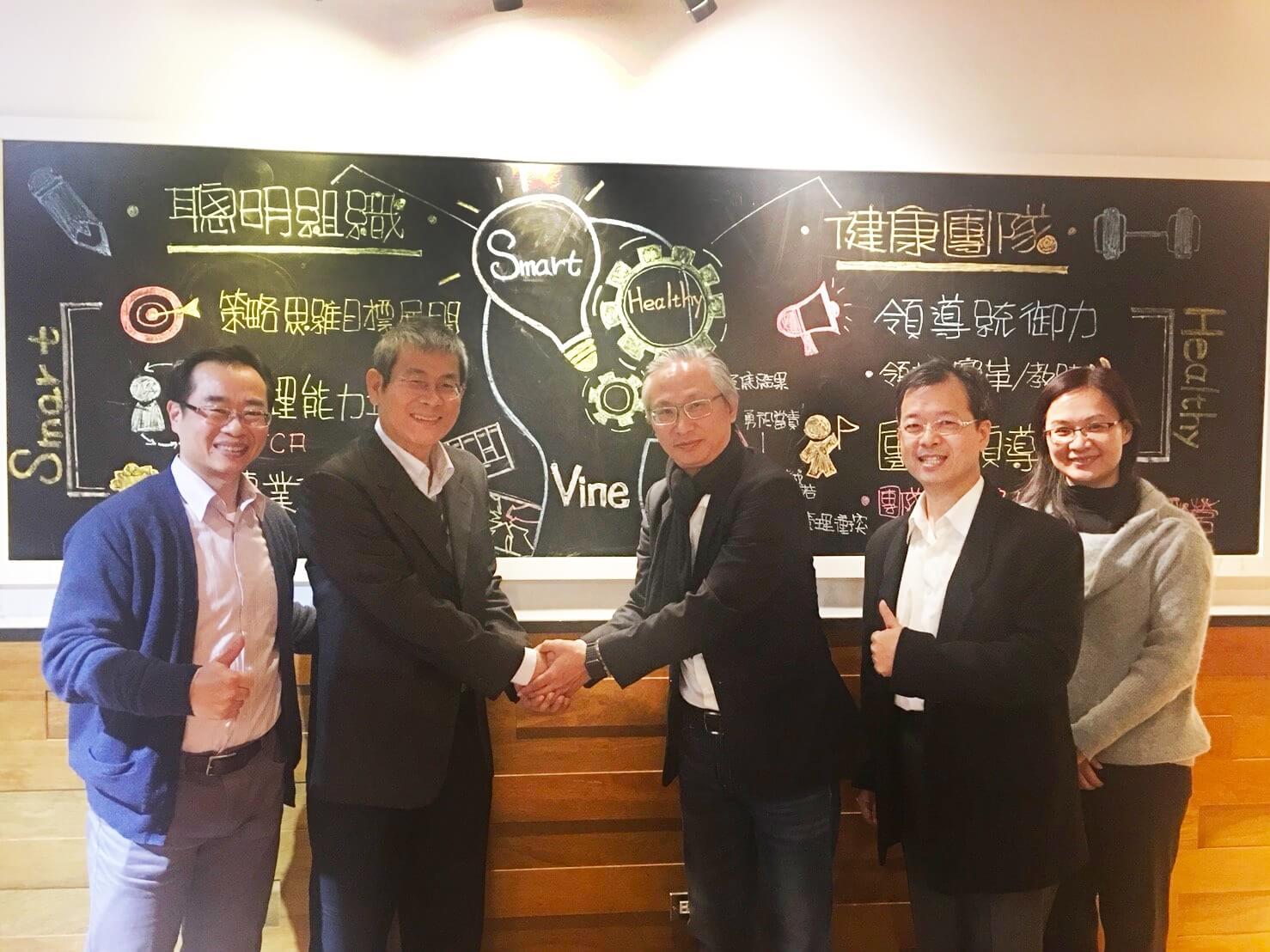 育碁楊中旗總經理(左二)、康士藤周佑民總經理(右三)